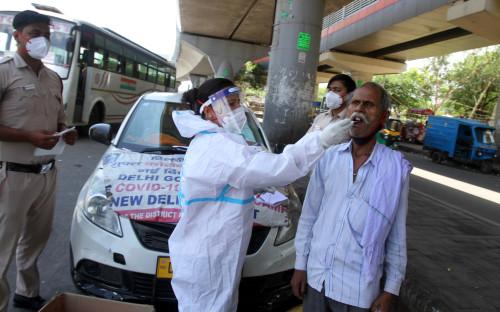 В Индии число умерших от коронавируса превысило 300 тыс.