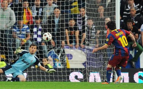 Лионель Месси забивает пенальти в ворота Икера Касильяса в матче чемпионата Испании сезона 2010/11