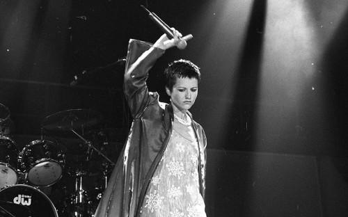 <p>Долорес О&rsquo;Риордан родилась в 1971 году в графстве Лимерик в Ирландии. К The Cranberries она присоединилась в 1990 году, выиграв в конкурсе &mdash; его устроили основатели группы после ухода из нее певца Найла Куинна. О&rsquo;Риордан выступала с The Cranberries до 2003 года, после чего решила начать сольную карьеру.</p>
