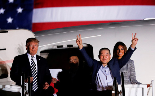 <p>Президент США и первая леди Мелания Трамп встретились с освобожденными из северокорейской тюрьмы гражданами США. Накануне они были амнистированы по просьбе Вашингтона. Их освобождение обсуждалось во время визита американского госсекретаря Майка Помпео в КНДР 9 мая.</p>