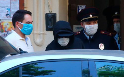 Михаила Ефремова (в центре) увозят на допрос