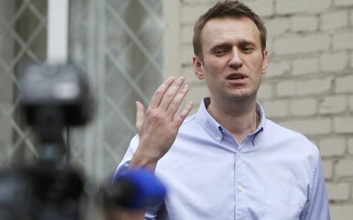 """<p><strong><span style=""""font-size:16px;"""">Алексей Навальный,&nbsp;</span></strong>лидер Партии прогресса</p>  <p>&nbsp;</p>  <p><strong><span style=""""color:#800000;"""">Приговорен к 5 годам условно, в настоящее время &ndash; под домашним арестом</span></strong></p>  <p>&nbsp;</p>  <p>Начиная с 2012 года Навальный стал фигурантом сразу нескольких уголовных дел. В мае 2012 года было вновь возбуждено и переквалифицировано на более тяжкую статью дело о хищении имущества компании &laquo;Кировлес&raquo;, закрытое за месяц до этого. В декабре 2012 года Навальный стал обвиняемым по делу о мошенничестве в компании &laquo;Главное подписное агентство&raquo;, тогда же стало известно о возбуждении дела о хищении из избирательного фонда &laquo;Союза правых сил&raquo; рекламной компанией &laquo;Аллект&raquo;, которую в 2007 году возглавлял оппозиционер. По первому делу в октябре 2013 года он получил пять лет условно, процесс по второму делу еще продолжается. По третьему делу Навальному, который с февраля находится под домашним арестом, обвинения еще не предъявлены.</p>"""