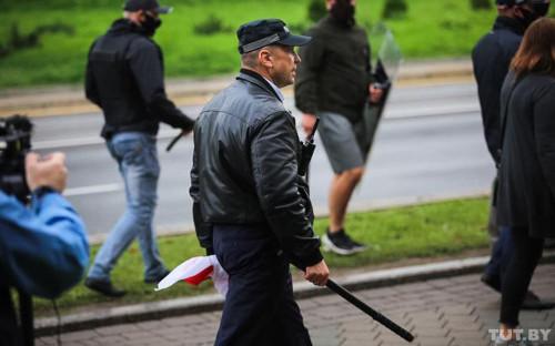 Николай Карпенков (в центре) во время разгона протестующих 6 сентября в Минске