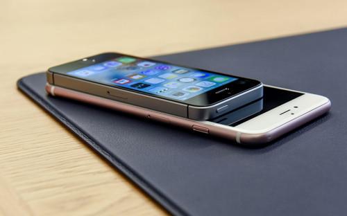 """<p><span style=""""font-size:16px;""""><strong>iPhone SE </strong></span></p>  <p>Главной новинкой презентации стала новая четырехдюймовая модель iPhone &mdash; iPhone SE. Она совместила в себе дизайн iPhone 5S и &laquo;начинку&raquo; шестого поколения iPhone (процессор A9, 12-мегапиксельная камера и др.).</p>"""