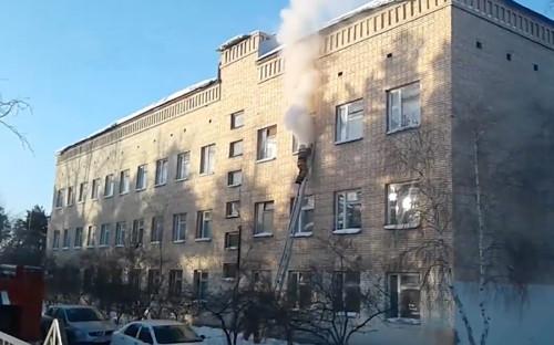 <p>Школа №5 расположена в микрорайоне Сосновый Бор&nbsp;по адресу: улица Виталия Бонивура, 40. Нападавшие бросили в класс русского языка и литературы на третьем этаже бутылку с зажигательной смесью.</p>
