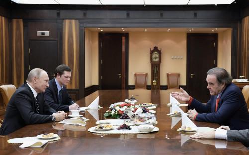 Владимир Путин (слева) и Оливер Стоун (справа)