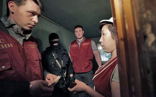 Сотрудники УФМС и ФСКНво время совместного рейда по ночным клубам в Москве