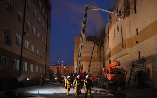 <p>Пожар в кемеровском торговом центре начался 25 марта около 12:00 мск. Очаг возгорания возник на четвертом этаже, где находились залы кинотеатров, детский развлекательный центр и каток. Вскоре площадь пожара достигла 1500 кв. м. Открытый огонь&nbsp;был&nbsp;ликвидирован&nbsp;поздним вечером.<br /> <br /> Пока не известно, что стало причиной пожара. Источники РБК и &laquo;Интерфакса&raquo; говорили, что предварительной причиной возгорания могли стать дефекты электросетей.</p>