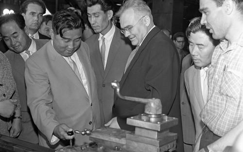 """<p>В 1956 году лидер КНДР Ким Ир Сен <a href=""""http://www.gorby.ru/activity/conference/show_70/view_13117/"""">совершил</a> большую поездку по СССР и странам Восточной Европы. Там он встретился с Никитой Хрущевым и другими партийными руководителями, которые говорили ему &laquo;о необходимости преодоления культа личности в КНДР, развитии&nbsp;внутрипартийной демократии&raquo;.</p>  <p>Одной из целей&nbsp;поездки были&nbsp;списание долга КНДР по поставкам военного времени, договор о поставках в страну товаров и техники. Советское правительство сочло возможным &laquo;оказать помощь в разрешении вопросов, поставленных правительственной делегацией КНДР без каких-либо условий&raquo;.</p>  <p>Кроме Москвы Ким Ир Сен <a href=""""https://www.ural.kp.ru/daily/26339.7/3221562/"""">побывал</a> и в Свердловске (сегодня &mdash; Екатеринбург), где посетил Уралмашзавод. По такому случаю город был украшен флагами КНДР, а в Театре музыкальной комедии прошла премьера оперетты &laquo;Белая акация&raquo;.</p>"""