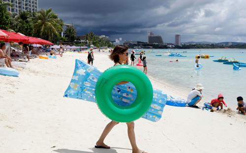 Остров Гуамс территорией 541,3 кв. км находится в западной части Тихого океана. Входит в составМарианского архипелага в Микронезии.