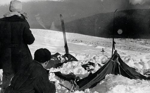 Палатка группы Дятлова, частично раскопанная от снега