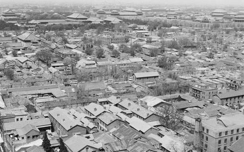 """<p><strong>Реновация центральных районов Пекина. Предпосылки</strong></p>  <p>К концу 1980-х годов значительная часть жилых строений в&nbsp;центре китайской столицы оказалась в&nbsp;удручающем состоянии, так&nbsp;как&nbsp;долгое время пошлина на&nbsp;обслуживание зданий и&nbsp;рента были крайне низкими. Уровень жизни населения также&nbsp;<a href=""""https://www.mcgill.ca/mchg/student/renewal/chapter3"""">оставлял желать лучшего</a>: в&nbsp;1985 году более половины семей в&nbsp;Пекине не&nbsp;имело своей кухни, более 60% &mdash; личного туалета, и&nbsp;только у половины был доступ к&nbsp;водопроводу в&nbsp;доме. На человека приходилось в&nbsp;среднем&nbsp;8,7&nbsp;кв. м жилплощади. Особенно остро жилищная проблема стояла в&nbsp;центральных районах.</p>"""