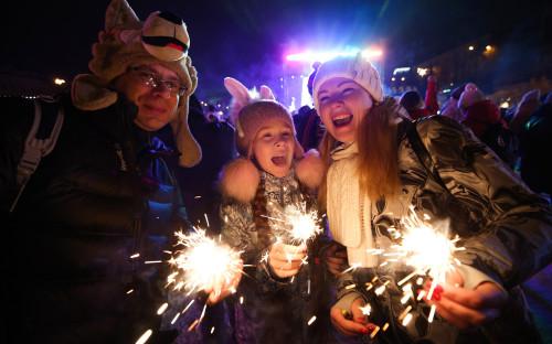 Россия, Казань. Горожане во время празднования Нового года в парке «Черное озеро»