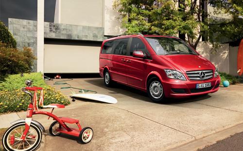 "<p><strong><span style=""font-size:16px;"">Mercedes-Benz Viano</span></strong></p>  <p><strong>Примерная стоимость:</strong> <strong><span style=""color:#800000;""><span style=""font-size:16px;"">2,5-4 млн руб.</span></span></strong></p>  <p><strong>Владелец:</strong> супруга помощника президента РФ Владислава Суркова, супруга советника президента РФ Сергея Глазьева.</p>  <p>Mercedes-Benz разных моделей &ndash; пожалуй, самая популярная машина среди чиновников и их жен.</p>"