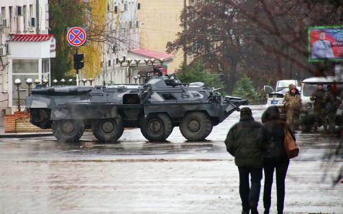 """<p>Днем 21 ноября в центре Луганска <a href=""""https://www.rbc.ru/politics/21/11/2017/5a140d129a79471fc915696e"""">появилась</a> бронетехника, а также вооруженные люди в балаклавах.</p>"""