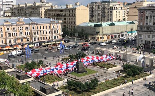 <p>50-метровый баннер со словами благодарности России болельщики Хорватии развернули на Триумфальной площади</p>