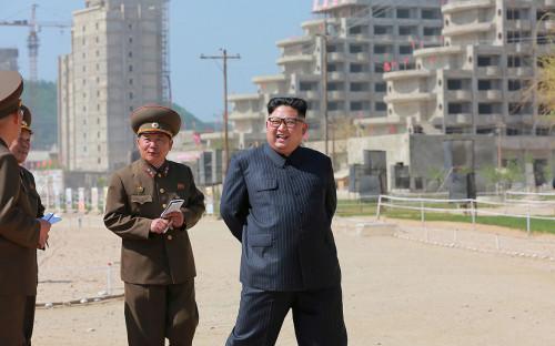 Ким Чен Ын (в центре)