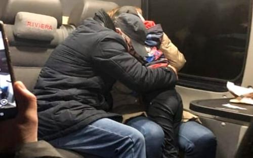 Родители обнимают найденного мальчика