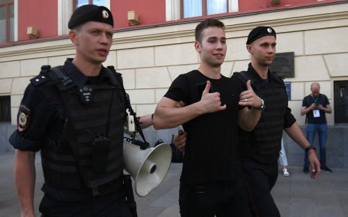 Задержание участника несанкционированной акции в поддержку кандидатов в депутаты Мосгордумы у здания мэрии Москвы