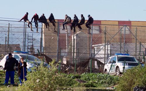 <p>Мигранты из&nbsp;Африки на&nbsp;заборе, отделяющем территорию Марокко от&nbsp;испанского анклава Мелилья в&nbsp;Северной Африке. Большинство пересекающих эту границу попадают в&nbsp;лагерь CETI</p>