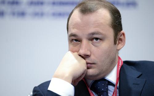 <p><strong>Денис Федоров, генеральный директор &laquo;Газпромэнергохолдинга&raquo; (управляет активами &laquo;Газпрома&raquo; в&nbsp;электроэнергетике) </strong></p>  <p>Вы&nbsp;же&nbsp;понимаете, что&nbsp;если все падает, то&nbsp;мы расти не&nbsp;можем. Понятно, что&nbsp;недельный тренд не&nbsp;дает макроэкономического понимания, что&nbsp;будет. Будем смотреть, как&nbsp;будет развиваться ситуация, будем ждать каких-то мер правительства. Больше всего это касается сервисных контрактов, которые выражены в&nbsp;евро. Сценарии [действий компании]&nbsp;мы еще месяц-полтора назад&nbsp;начали отрабатывать. Но мы за&nbsp;последнее время ужались уже&nbsp;так, что&nbsp;дальнейшее ужимание&nbsp;несет в&nbsp;себе риски надежности. Поэтому тут скорее государство должно взять на&nbsp;себя какую-то долю ответственности. Раньше нам говорили о&nbsp;высоких тарифах, сейчас мы понимаем, что&nbsp;это не&nbsp;выдерживает никакой критики. Поэтому, если&nbsp;ситуация будет дальше так развиваться, будем спрашивать у правительства, как&nbsp;нам быть</p>
