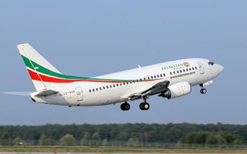 Пассажирский самолет Boeing 737-500 авиакомпании «Татарстан» вовремя взлета ваэропорту Казани, архивное фото