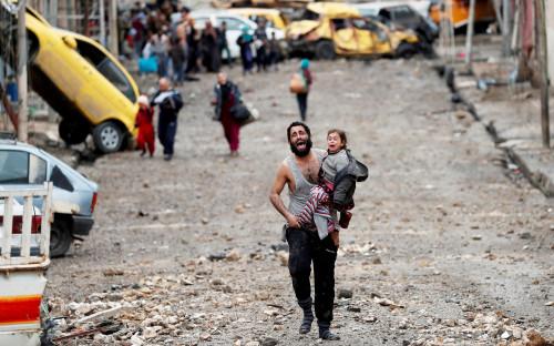 <p>Автор фото Горан Томашевич: &laquo;Оба, отец и дочь, в ужасе бежали по разбитой улочке Вади-Хаджара, за мгновение превратившегося в поле битвы между солдатами ИГ и иракскими спецслужбами.</p>  <p>Они и их соседи &mdash; кто-то в сандалиях, а кто-то босиком &mdash; спасались, убегая от пуль. &lt;&hellip;&gt; Отец был не в себе, он был в панике. Он очевидно не был террористом. Мне хотелось&nbsp;бы верить, что оба они добрались до лагеря беженцев&raquo;.</p>