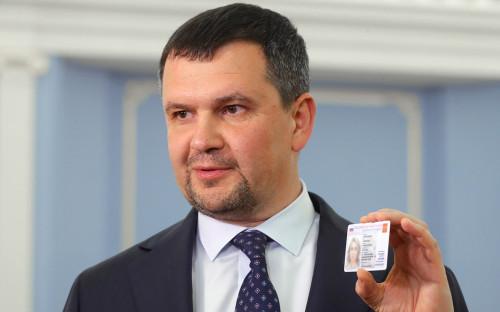 Вице-премьер РФ Максим Акимов демонстрирует образец электронного удостоверения личности гражданина РФ