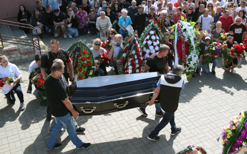 Прощание с погибшим во время акции протеста Александром Тарайковским в Минске