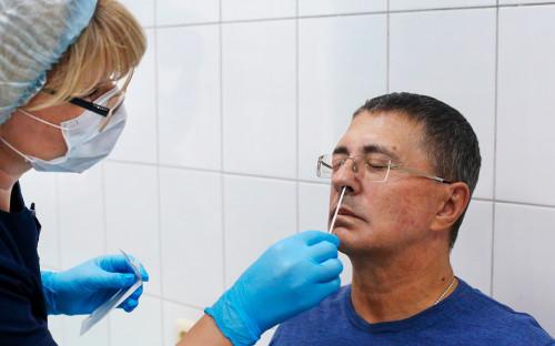 Александр Мясников во время скринингового осмотра добровольцев перед стартом пострегистрационного исследования вакцины от коронавируса