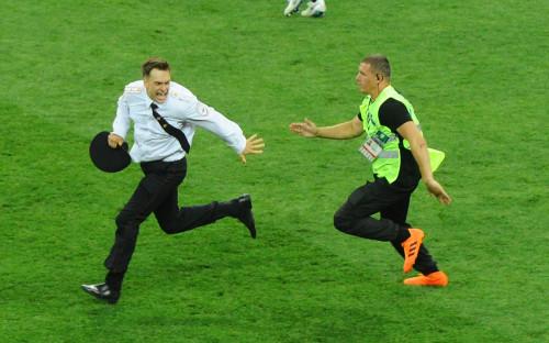 <p>Акция Pussy Riot на финальном матче чемпионата мира. Петр Верзилов&nbsp;(слева)</p>  <p></p>  <p></p>