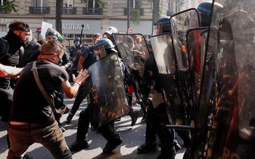 Столкновение протестующих с полицейскими во время демонстрации движения «желтых жилетов» в Париже, Франция