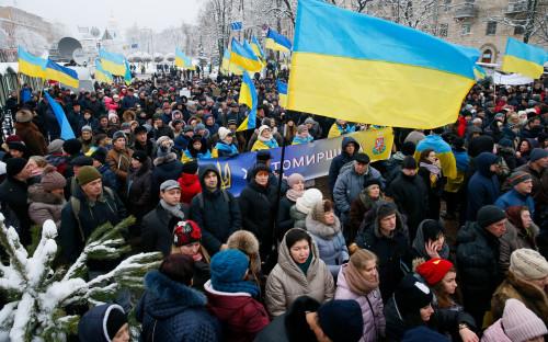 Верующие у Софийского собора в Киеве в день проведения объединительного собора 15 декабря 2018 года