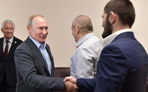 Владимир Путин (слева) и Хабиб Нурмагомедов (справа) во время встречи в Дагестане в 2019 году