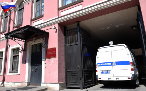 Полицейский автомобиль у здания Смольнинского районного суда Санкт-Петербурга