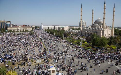 В митинге в поддержку мусульманского населения Мьянмы в Грозном, по данным полиции, приняли участие 1 млн 100 тыс. человек.