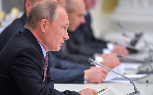 Владимир Путин во время встречи с представителями российских деловых кругов и объединений