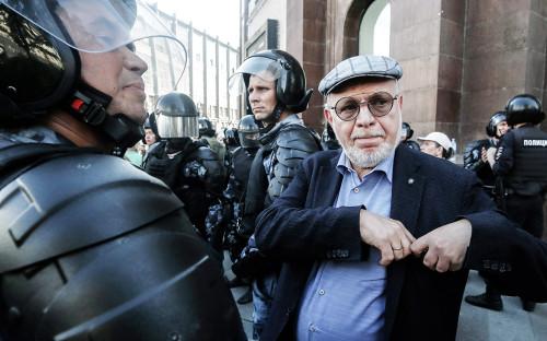 Михаил Федотов во время акции оппозиции