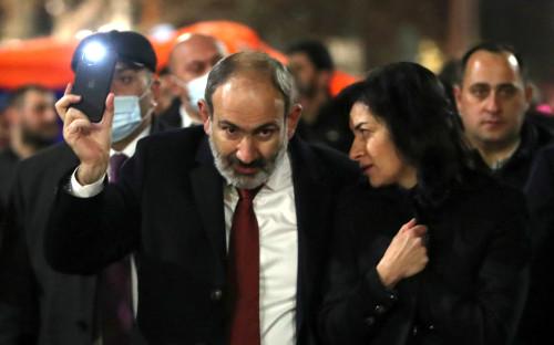 Никол Пашинян с супругой Анной Акопян на шествии в Ереване