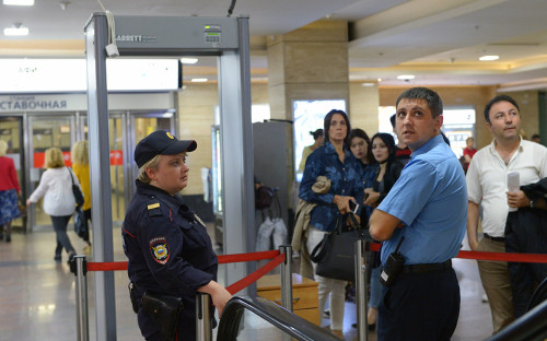 Полицейские у входа в ТЦ «Афимолл Сити» в Москве