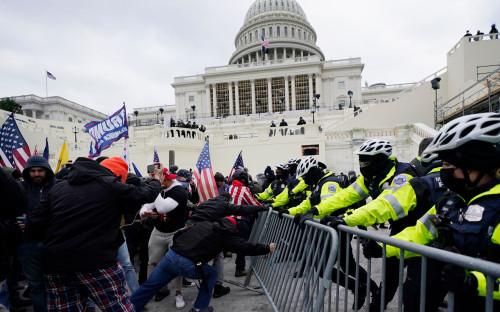 Сторонники Трампа пытаются прорваться через полицейское оцепление у Капитолия перед заседанием конгресса США, на котором тот должен был утвердить результаты президентских выборов. 6 января 2021 года