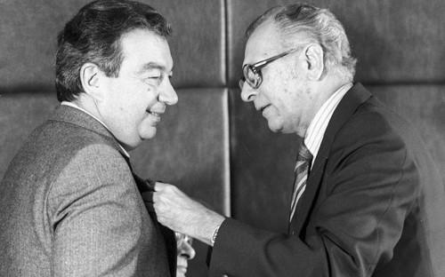 <p>Примаков начинал карьеру как востоковед-арабист: в&nbsp;1953 году окончил арабское отделение Московского института востоковедения, в&nbsp;1956-м&nbsp;&mdash; аспирантуру экономического факультета&nbsp;МГУ, в&nbsp;1959-м защитил кандидатскую диссертацию &laquo;Экспорт капитала в&nbsp;некоторые арабские страны&nbsp;&mdash; средство обеспечения монопольно высоких прибылей&raquo;. С&nbsp;1956 года работал в&nbsp;Гостелерадио СССР, пройдя путь от&nbsp;корреспондента до&nbsp;главного редактора вещания на&nbsp;арабские страны. В&nbsp;1962&ndash;1970 годах освещал события в&nbsp;Азии, Африке и&nbsp;на Ближнем Востоке в&nbsp;газете &laquo;Правда&raquo;, во&nbsp;время работы в&nbsp;которой познакомился с&nbsp;Саддамом Хусейном, Тариком Азизом и&nbsp;другими ближневосточными лидерами</p>  <p><em>На&nbsp;фото: вручение премии имени Авиценны академику Евгению Примакову. Справа&nbsp;&mdash; сопредседатель жюри по&nbsp;премии Рашидудин&nbsp;Хан. Москва, 1983 год</em></p>