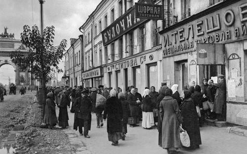 <p><strong>1916&nbsp;год.</strong> В связи с&nbsp;продовольственным кризисом, вызванным войной, была введена система нормированного распределения продуктов питания по&nbsp;карточкам. Помимо России эта система была распространена во&nbsp;многих воюющих странах.</p>  <p>На фото: очередь за&nbsp;продовольствием в&nbsp;районе площади Белорусского вокзала в&nbsp;Москве</p>