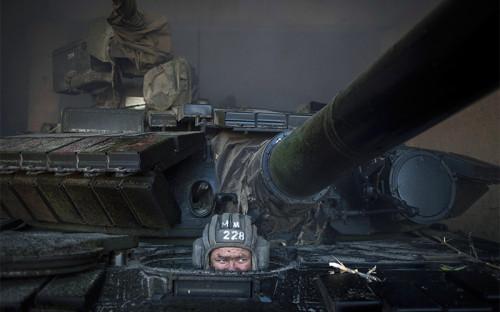 Ополченец ЛНР во время отвода вооружений калибра менее 100 мм от линии соприкосновения в самопровозглашенной Луганской народной республике (ЛНР).
