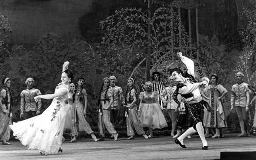 Владимир Зельдин родился 28 января (10 февраля) 1915 года в семье музыканта и учительницы. В начале 1930-х Зельдин поступил на обучение в производственно-театральные мастерские при Театре МГСПС (сегодня &mdash; Театр имени&nbsp;Моссовета). В 1945 году он начал работу в Театре Советской армии, где получил роль Альдемаро в спектакле &laquo;Учитель танцев&raquo; <em>(на фото)</em>, которую исполнял более 40 лет, установив своеобразный рекорд.