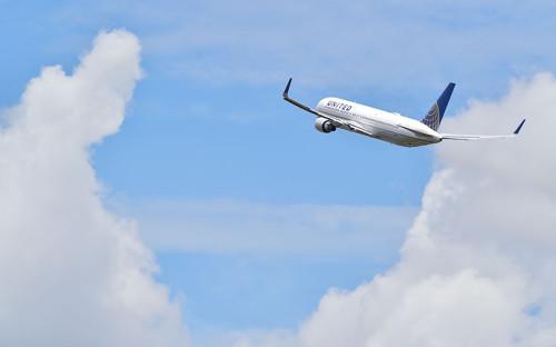 """<p>В конце 2016 года United Airlines увеличила ставки заработной платы пилотов на&nbsp;два года вперед, что&nbsp;позволило компании сохранить статус лидера в&nbsp;отрасли по&nbsp;данному показателю. Средняя часовая ставка, которую компания предлагает своим пилотам, составляет <span style=""""color:#800000;""""><span style=""""font-size:16px;""""><strong>$270 в час</strong></span></span> (или <strong><span style=""""color:#800000;"""">$27&nbsp;тыс.</span></strong> в&nbsp;месяц). Максимальная ставка, которую предлагает компания (зависит от&nbsp;опыта и&nbsp;квалификации), &mdash; от&nbsp;<span style=""""color:#800000;""""><span style=""""font-size:16px;""""><strong>$232</strong></span></span>&nbsp;(в первый год работы) до&nbsp;<span style=""""font-size:16px;""""><strong><span style=""""color:#800000;"""">328</span></strong></span> в&nbsp;час (от <strong><span style=""""font-size:16px;""""><span style=""""color:#800000;"""">$23 тыс.</span></span></strong> до&nbsp;<strong><span style=""""color:#800000;"""">33 тыс.</span></strong> в&nbsp;месяц).</p>"""
