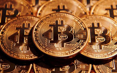 """<p>Самая популярная виртуальная валюта в мире &mdash; биткоин. Ее протокол был разработан человеком или группой людей под псевдонимом Сатоси Накамото. В 2008 году под авторством Накамото <a href=""""https://bitcoin.org/bitcoin.pdf"""">была опубликована</a> статья Bitcoin: A Peer-to-Peer Electronic Cash System, в которой описывалась полностью децентрализованная система электронной наличности, не требующая доверия третьих сторон. В мае 2016 года австралиец Крейг Райт объявил, что именно он был создателем системы. Рыночная капитализация биткоина на данный момент составляет около $155,6 млрд. С начала августа 2017 она выросла более чем в 3 раза.<br /> &nbsp;</p>"""