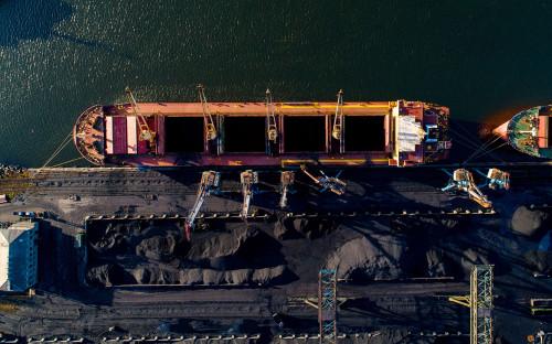 Погрузка угля в трюмы грузового судна