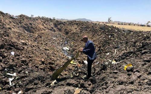 <p>CEO Ethiopian Airlines Теволде Гибремариам на месте крушения</p>