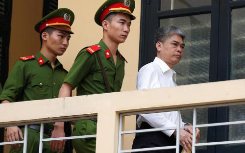 Нгуен Суан Шонс сотрудниками полиции после оглашения приговора